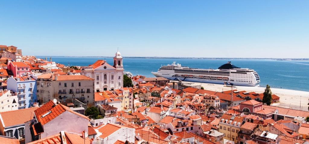 Лиссабон, океанский лайнер в центре города - фантастический вид из окна квартиры
