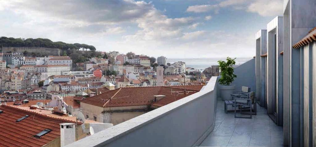 Лиссабон, квартира в новом доме с большой лоджией и чудесным видом на старый город