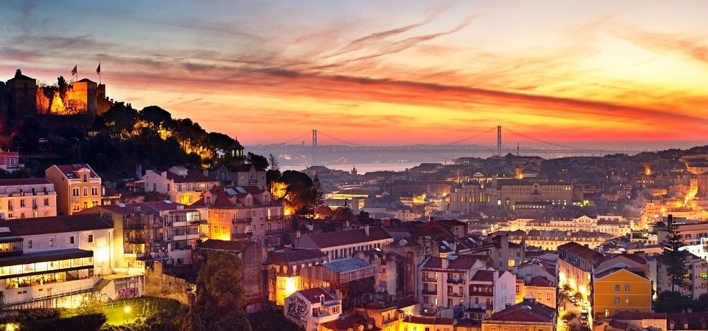 Романтический закат в историческом центре Лиссабона